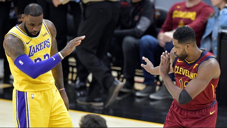 97ca70b6b8ec LeBron James receives multiple standing ovations as Cleveland Cavaliers  host Los Angeles Lakers