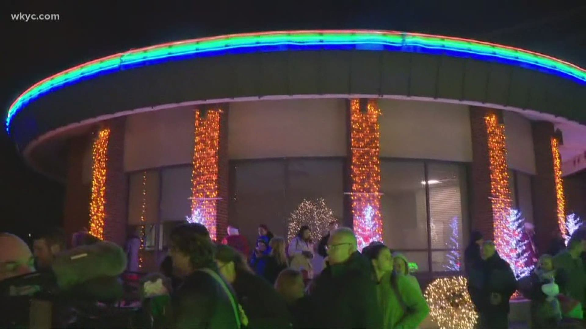Ge Turns On Holiday Lights Display At