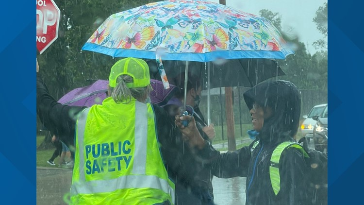 Cleveland elementary school student holds umbrella for crossing guard: