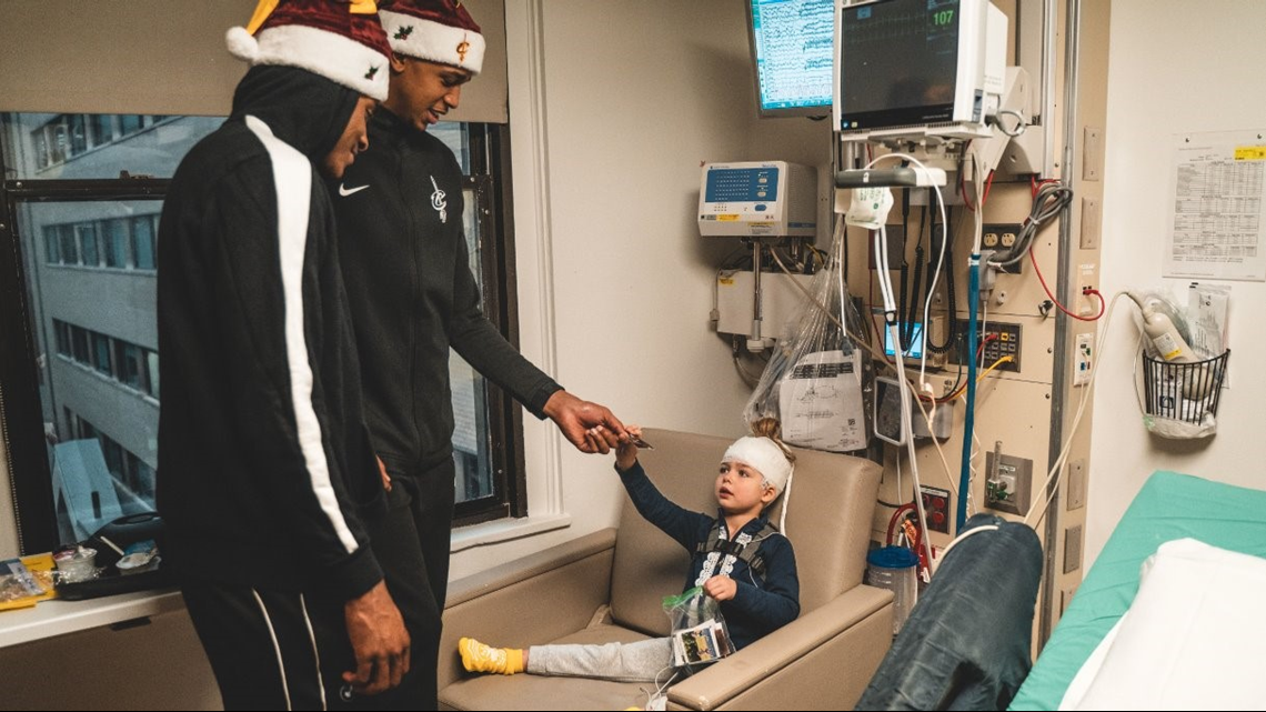 Cleveland Cavaliers players and coaches make visit to Cleveland Clinic Children's for 'Season of Giving'; VIDEO, GALLERY